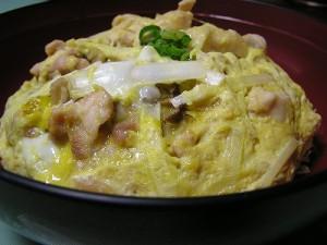 比内地鶏といぶりがっこを卵でとじたオリジナルの丼